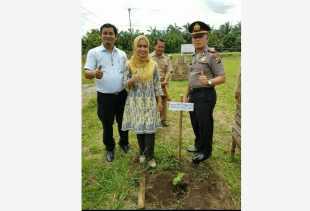Balik Kampung, DPRD Riau Karmila Sari Sosialisasi Perda dan Serahkan 10 Ribu Bibit Pohon