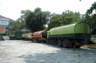 DPRD Riau Bawa 9 Truk CPO Hasil 'Razia' ke Gedung Dewan