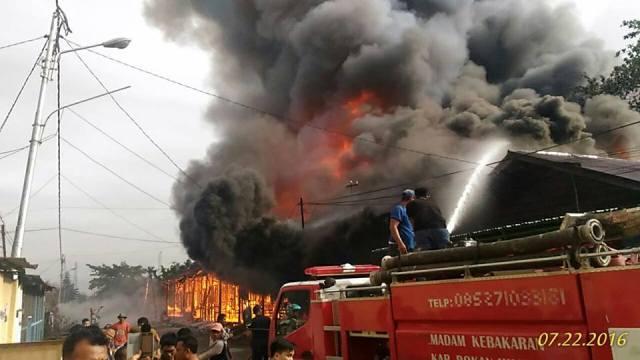 Akibat Teganggan Arus Pendek, 11 Rumah Warga Rohil Hangus Terbakari