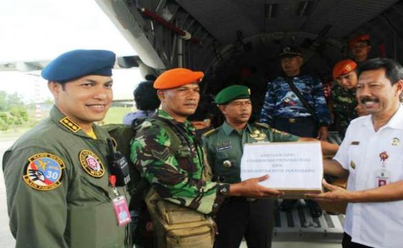 Riau Salurkan Bantuan Korban Gempa Pidie Jaya, Prajurit Paskhas Ikut Diterjunkani