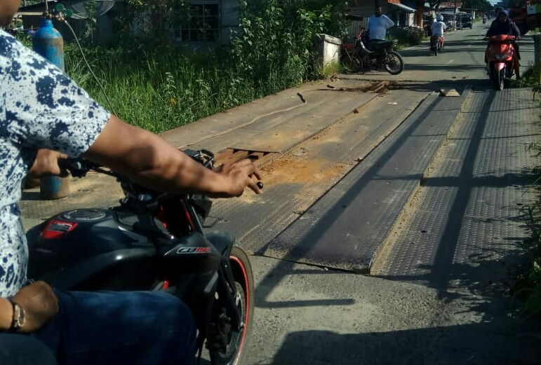 Dinas PUPR Rohil Swadaya Perbaiki Jembatan Besi Lintas Provinsi di Jalan Bintangi